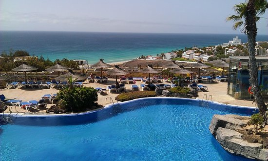 Ambar Beach Resort & Spa: piscine et en contrebas la mer