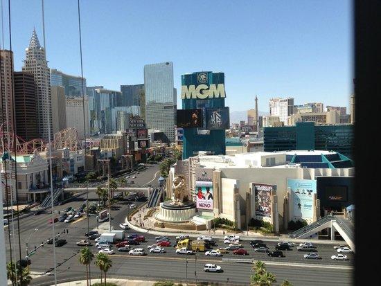 Tropicana Las Vegas - A DoubleTree by Hilton Hotel: Vue du Strip depuis la chambre