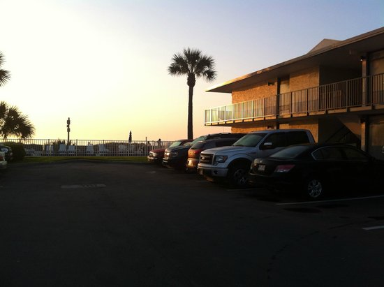 Beachside Motel : Parking and pool