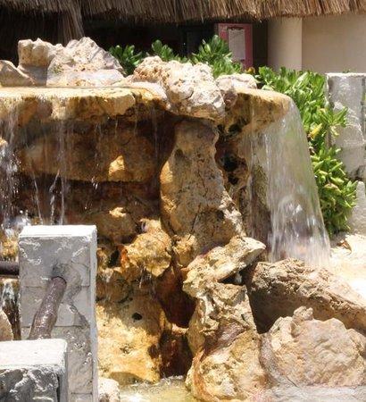 Puerto Aventuras Marina: cascada hermosa