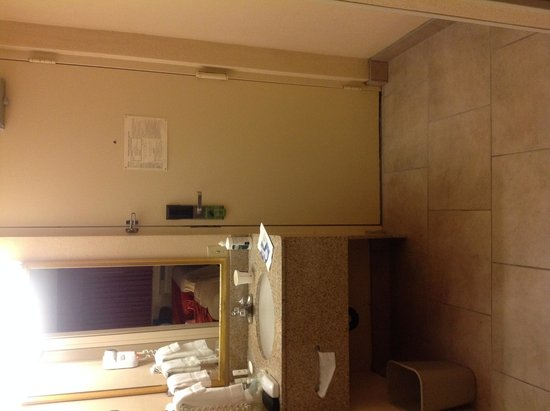 Quality Inn Cedar Point: Entrance with mysterious light switch that didn't work, sink area.