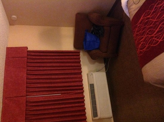 Quality Inn Cedar Point: Chair, window