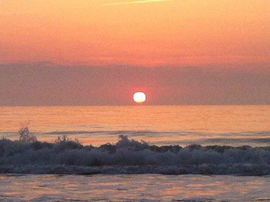 Beachside Motel: Beach at sunrise