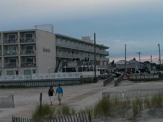 Acacia Beachfront Resort: Walking from the beach to the motel