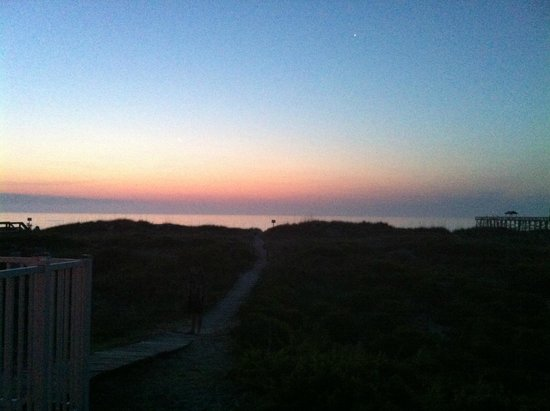 Beachside Motel: Path from motel to beach-just before sunrise