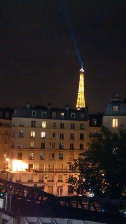 Mercure Paris Tour Eiffel Grenelle Hotel: Vista da janela do quarto - noite