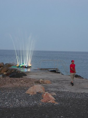 Mediterranean Beach Resort: The light and water feature on the jetty by the hotel