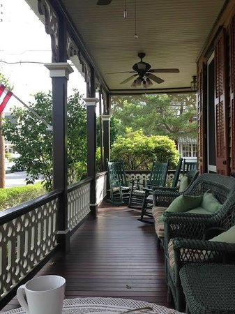 Henry Sawyer Inn: View of the Porch from Our Private Breakfast Table