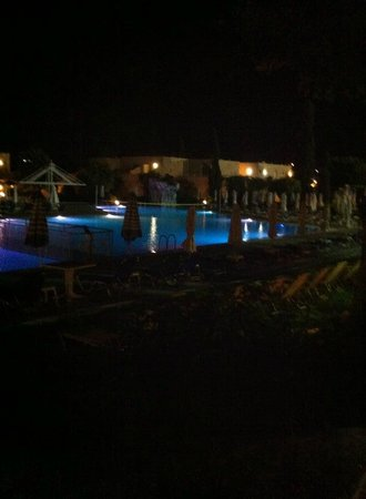Sun Palace Hotel: Hotel pool by night
