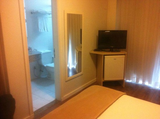 Intercity Florianopolis: Vista do banheiro, a partir do quarto