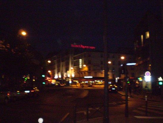 Mercure Paris Tour Eiffel Grenelle Hotel: Vista do prédio da rua