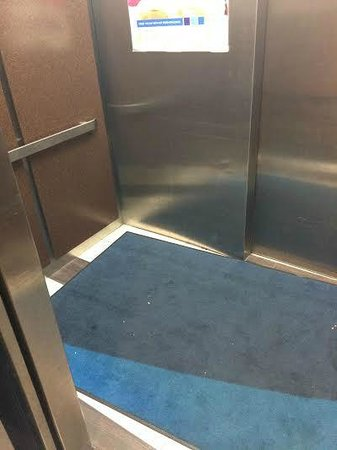Holiday Inn Express Harrisburg East: Dirty elevator