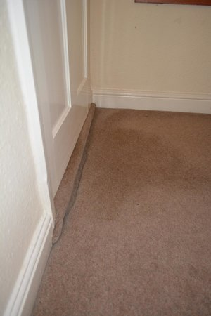 Toft Country House Hotel And Golf Club: Unusual carpet fitting style - room 8