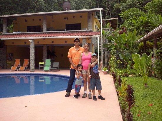 Cabinas 3 Rios: El área de la piscina.