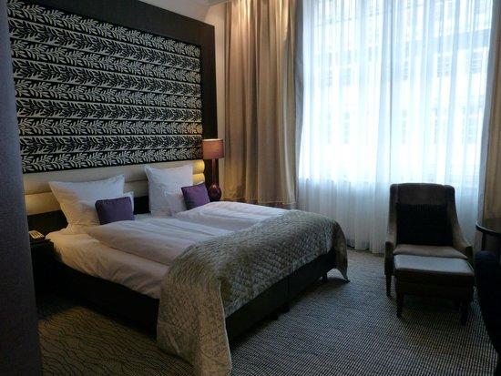Steigenberger Grandhotel Handelshof: Blick ins Doppelzimmer, äußerst bequeme Betten