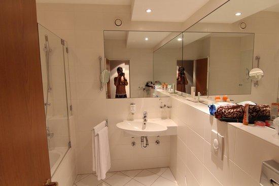 Golden Tulip Berlin - Hotel Hamburg: Ванная комната