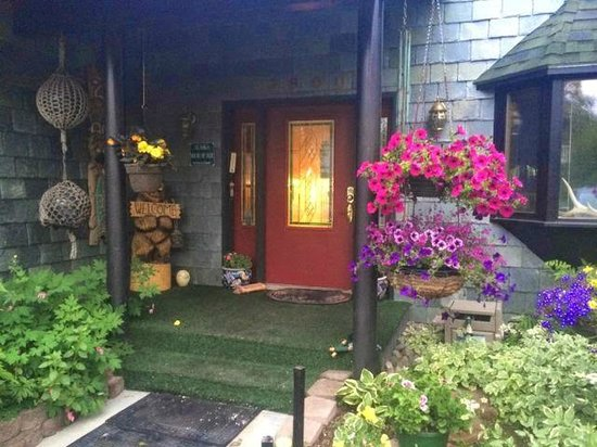 Alaska House of Jade Bed and Breakfast : Beautiful landscaping!