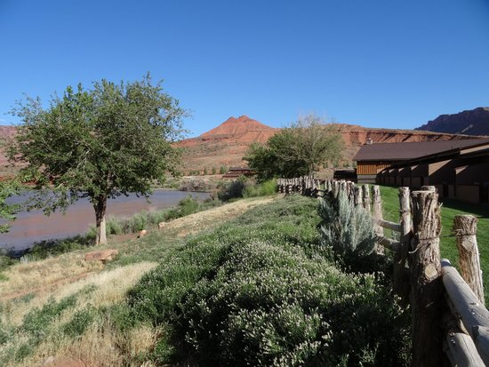 Red Cliffs Lodge : Along the river side
