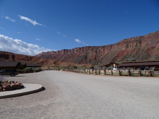 Red Cliffs Lodge : Hotel grounds