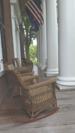 Beaumont Inn: Front porch
