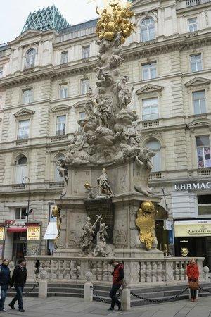Graben and Kohlmarkt : Escultura/ estatua no centro do Graben