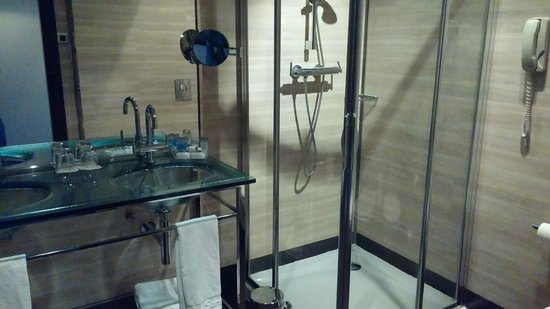Maydrit Hotel: Sink and Shower in Twin Beds Room