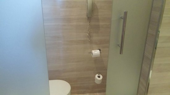 Maydrit Hotel: Toilet stall for Queen Bedroom
