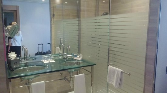 Maydrit Hotel: Sink and Shower in Queen Bedroom