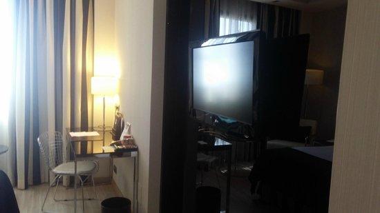 Maydrit Hotel: TV in Queen Bedroom