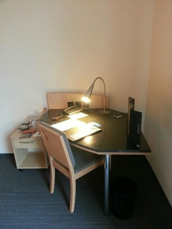 NH Berlin Alexanderplatz: desk in room