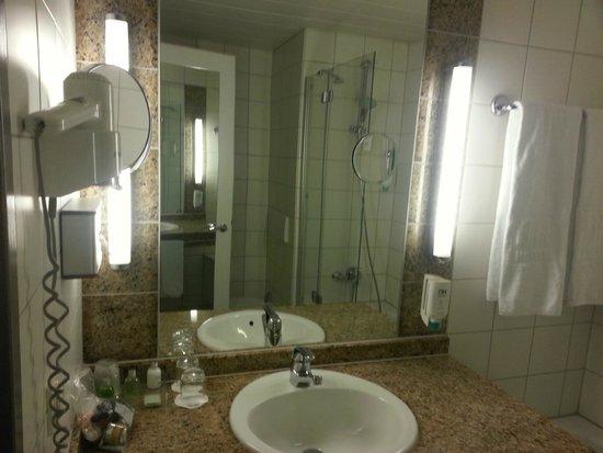 NH Berlin Alexanderplatz: bathroom