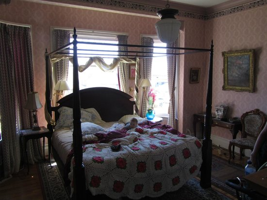 Cliff Crest Bed and Breakfast Inn: First floor bedroom