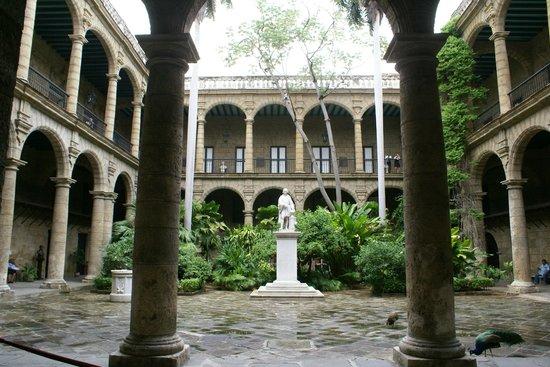 Palacio De Los Capitanes Generales: Pátio interior