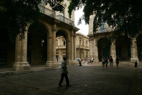 Palacio De Los Capitanes Generales: Calçada de madeira frente ao palácio