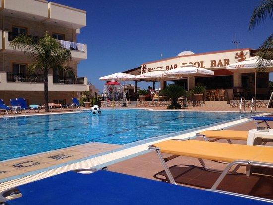 Real Palace: Pool and bar