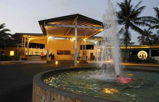 SUNSOL Isla Caribe: Hotel entrance at night