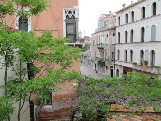 Residenza de l'Osmarin: View of the canal & street from our room
