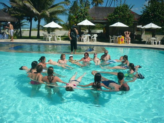 Village Porto de Galinhas: Vista de atividade na piscina mais próxima do mar com 1,35m de profundidade