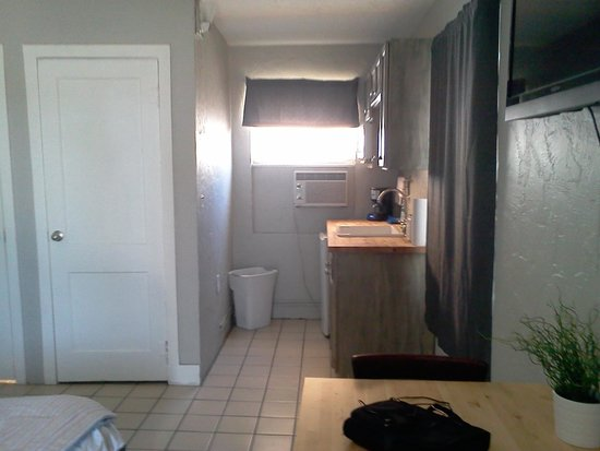 Lorelei Resort Motel: wlking thru the door looking at the kitchen ( - a stove ) area