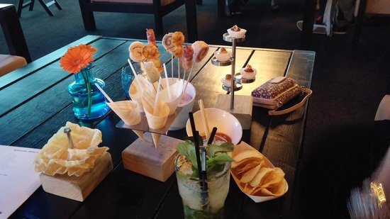 Lindner Hotel & City Lounge Antwerpen: Snacks and cocktail in the lounge