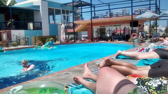 Epimenidis Hotel: Pool and bar