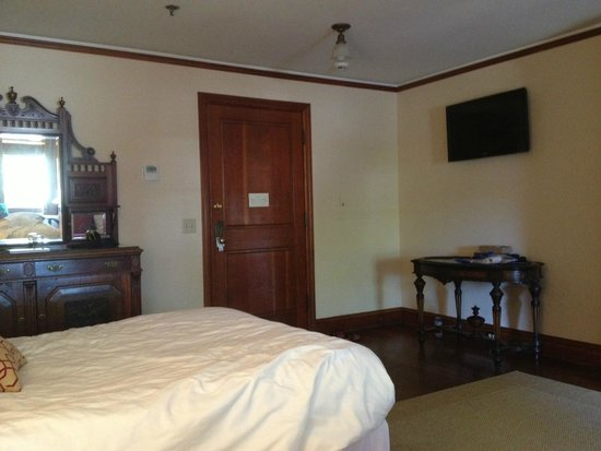 Lahaina Inn: bedroom is spacious, clean and classic. The flavour of the early 1940's