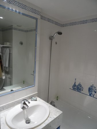 Hotel Caron de Beaumarchais : Bathroom