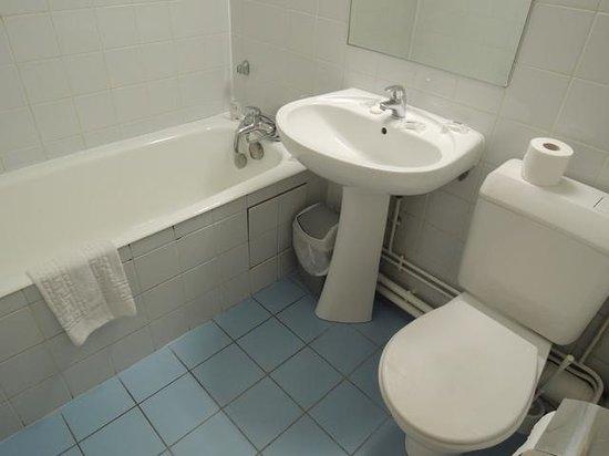 Hotel De Paris Saint Georges: La bonde de la baignoire et le support de la douchette sont cassés.