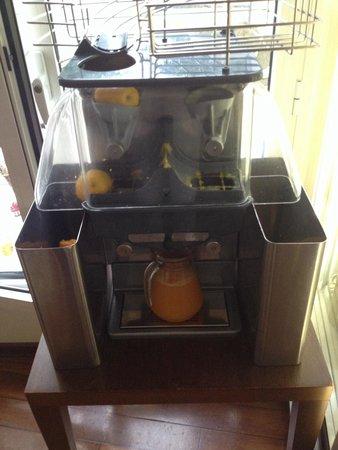 HOTEL-RESTAURANT LA ROSE: La machine a jus d orange pressée frais du petit déj buffet