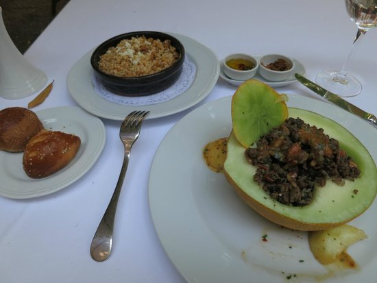 Asitane: Carne picada con melón; de acompañamiento cous-cous