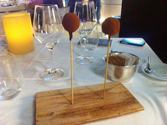 bon bon di cioccolato fondente e frutto della passione - Picture of ...