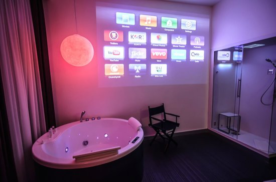 iRooms Pantheon & Navona: The projector wall and Jacuzzi in iMovie