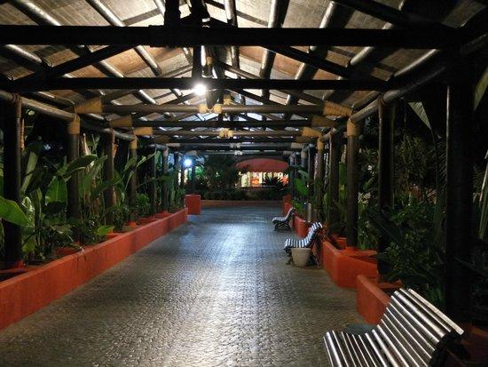 Marbella Playa Hotel : przejście z recepcji na teren hotelu