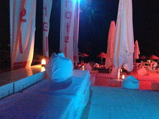 Hotel SU: вечер в баре у пляжа